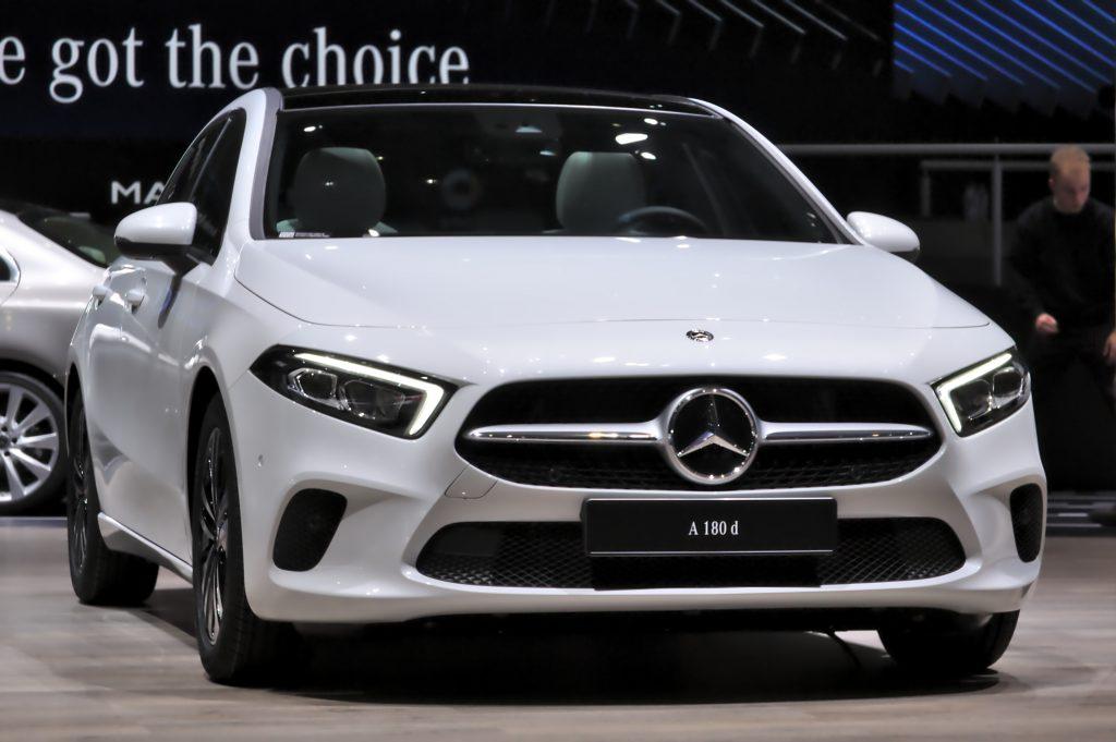 Mercedes Benz wit op auto beurs