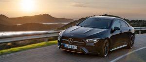 Vrouw rijdt prachtige Zwarte Mercedes Duitsland